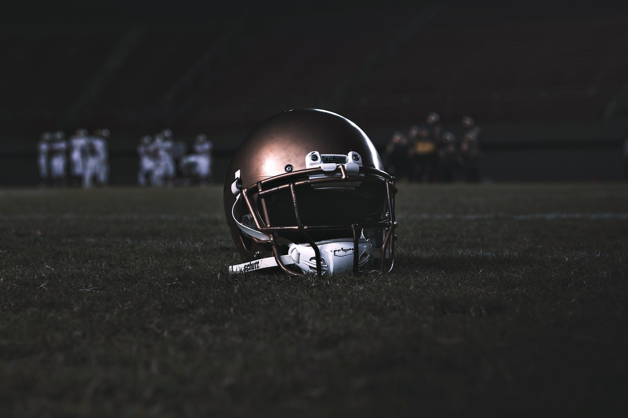 helmet-on-the-ground-2862718