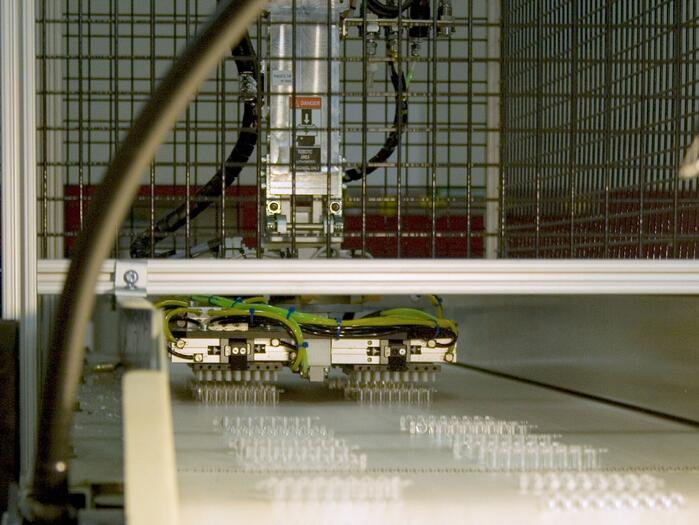 Robot_Removing_Parts_to_Conveyor_