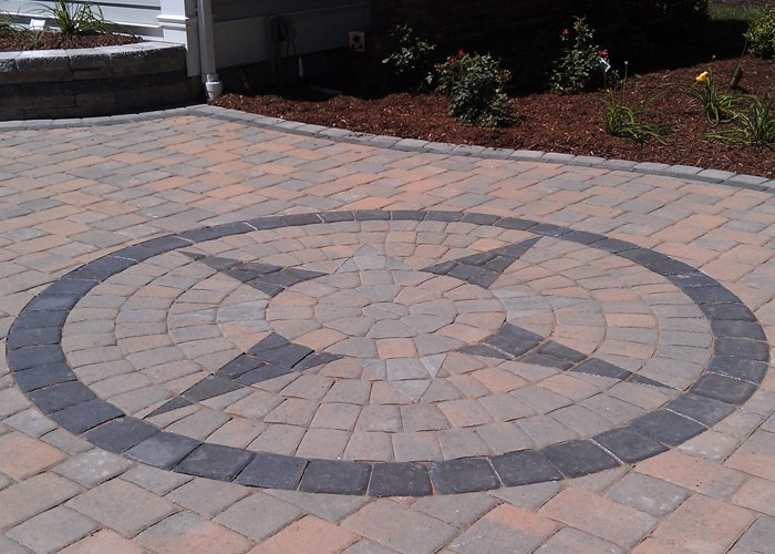 paver patio in Farmington, CT with a compass inlay by bahler brothers