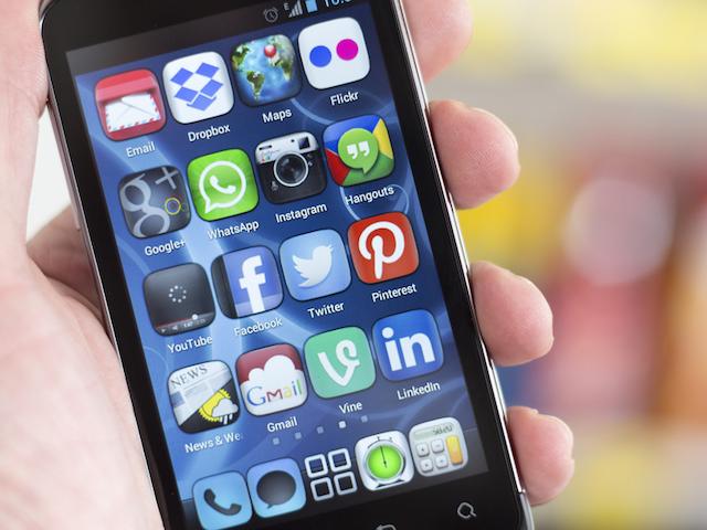 social-media-apps-iphone-display.png