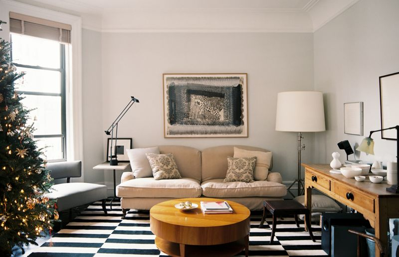 10 gorgeous rooms how to decorate with black white - Black and white living room rug ...
