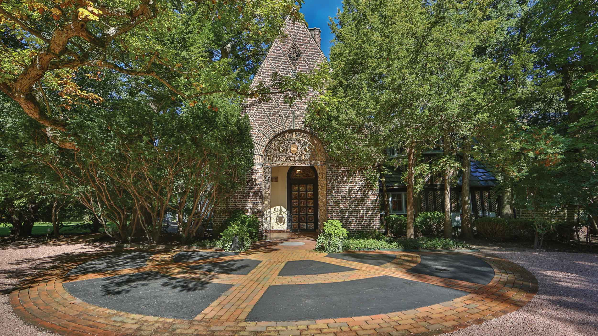 Widely regarded as the most beautiful home in Lake forest, Wyldwoode is a historic treasure designed in 1916 by the notable architect by Harrie T. Lindeberg.