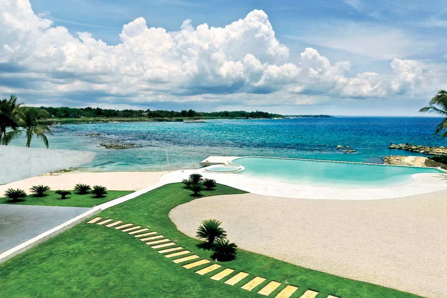The private beach of this contemporary dwelling offers tranquility within Casa de Campo, a resort known for its world-class golf and impressive marina.