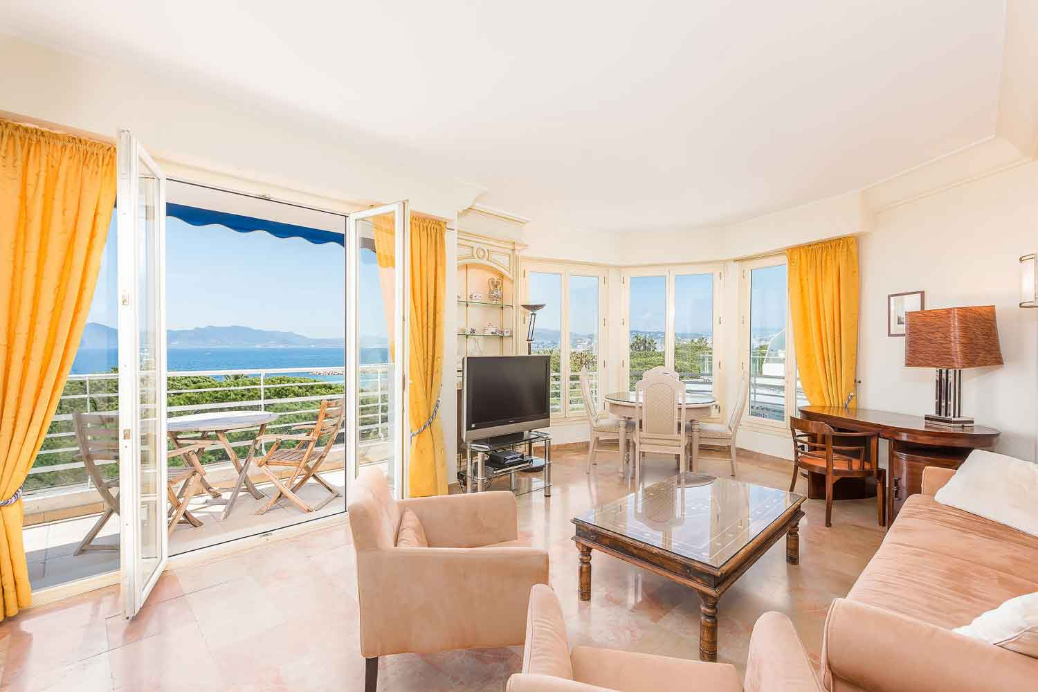 <b>Cannes, France</b><br/><i>1 Bedroom, 650 sq. ft.</i><br/>Sea-view apartment in glamorous Croisette Palm Beach