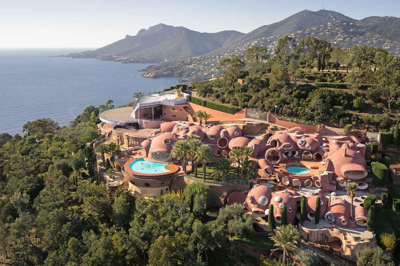 <b>Côte d'Azur, France</b><br/><i>10 Bedrooms, 12,916 sq. ft.</i><br/>Revolutionary and unique contemporary property