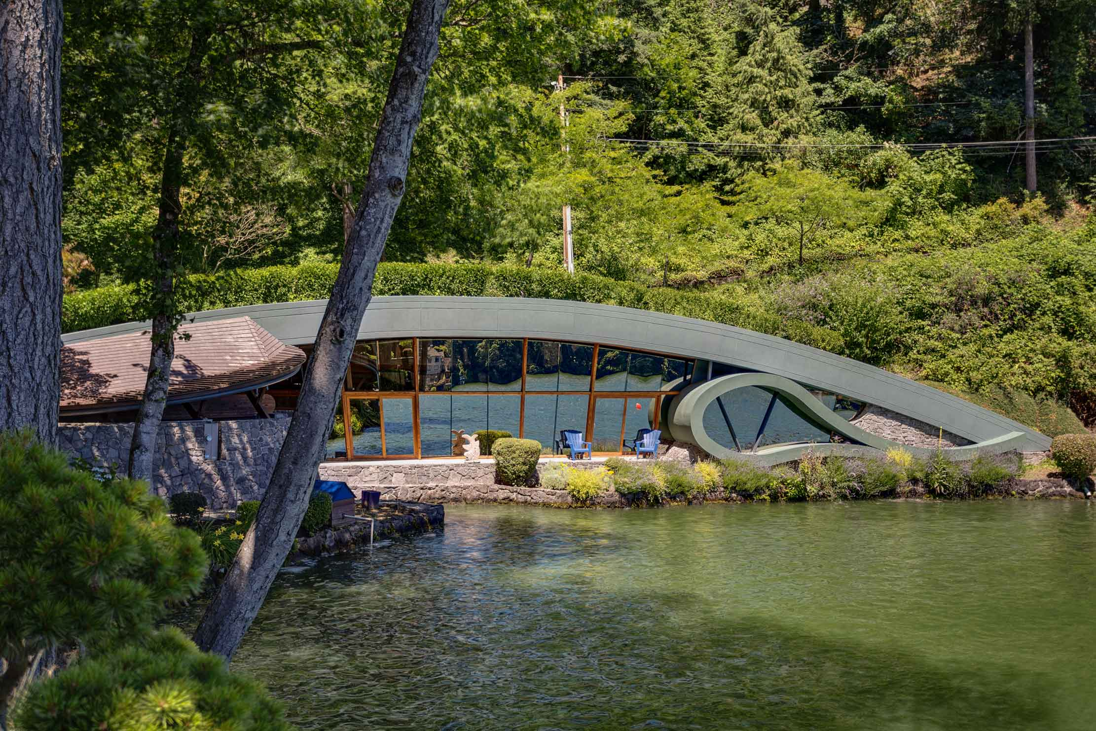 This curvilinear lakeside home celebrates Wright's organic approach to integrating dwelling with setting.