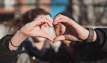 valentines-love-couples-campaigns-inspiration-hands-hearts