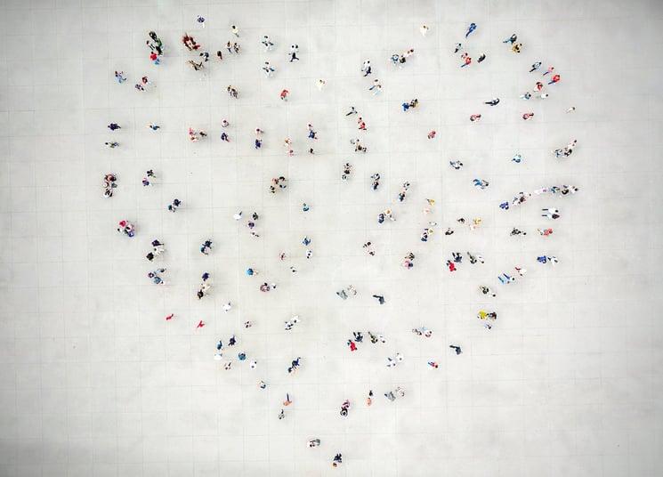 Mennesker danner et hjerte sett ovenfra