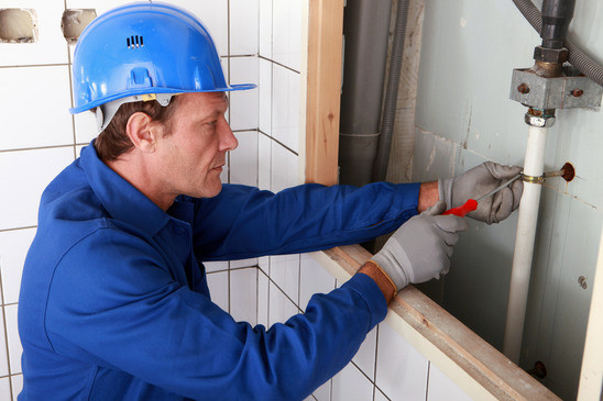 photodune-3934969-plumber-working-on-water-pipes-xs