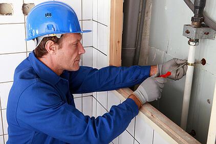 photodune-3934969-plumber-working-on-water-pipes-xs