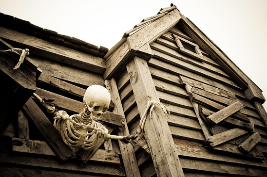 scary-skeleton-in-haunted-house-xs