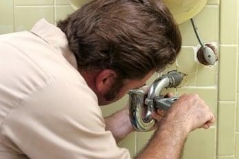 tightening-plumbing-pipe-xs
