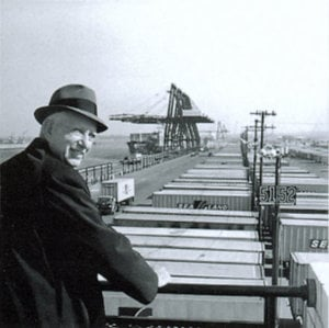 rsz_malcolm_mclean_at_railing_port_newark_1957_7312751706