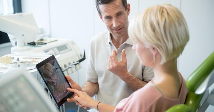 Une visualisation de qualité est essentielle pour conseiller les patients sur l'éclaircissement, la métamorphose du sourire et autres traitements similaires