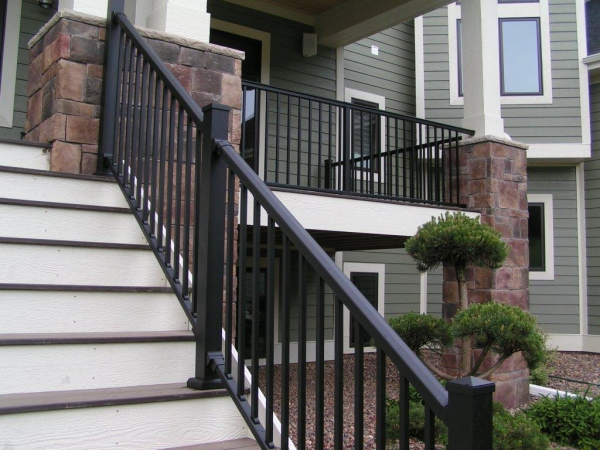 The major benefits of using an aluminum deck railing system