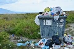 Volle Abfallcontainer und Littering
