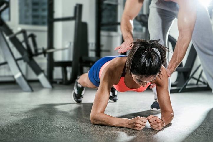 女人做木板锻炼她的核心