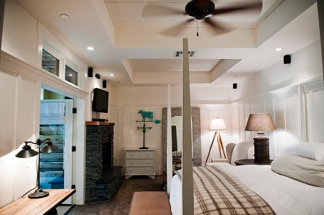 Deluxe Bedroom with tray ceilings - Farmhouse Inn