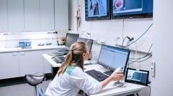 Hoitajien ja lääkäreiden työ kuormittaa aivoja – mitä on tehtävissä?