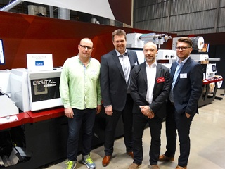 LariTRyck and Mark Andy personnel in front of the Mark Andy Digital Series hybrid label press