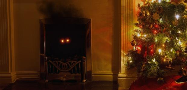 El maligno Papá Noel en una chimenea