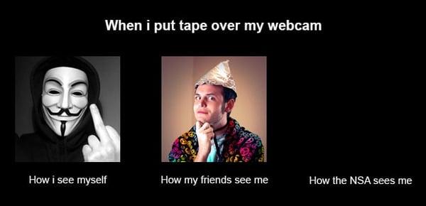 Immagine spiritosa di come appaio a me stesso, ai miei amici e all'NSA se copro la webcam con un pezzo di nastro adesivo