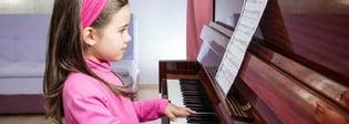 Tocar el piano: beneficios científicos de hacerlo desde niña