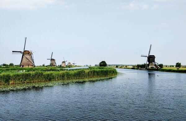 Moulins à vent néerlandais et flamands le long d'un fleuve