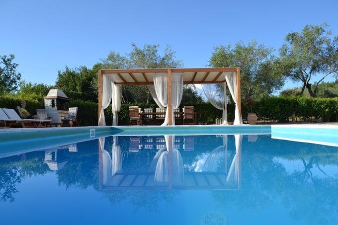 swimming-pool-1581968_1920