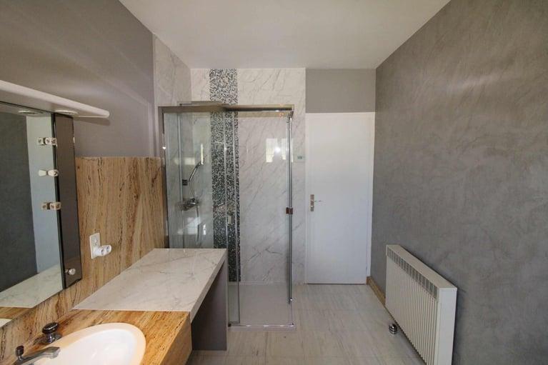 Travaux de modification d'une salle de bains à la tour de Salvagny