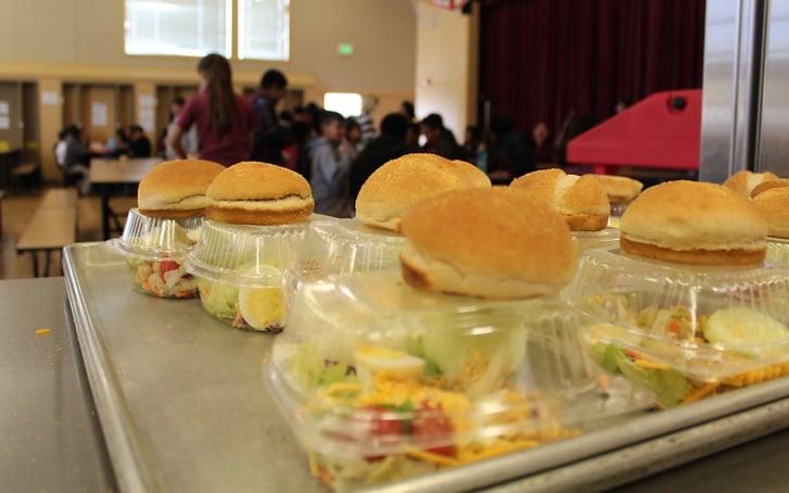 Cerca de 100 escuelas chárter ofrecen almuerzos gratuitos para los niños