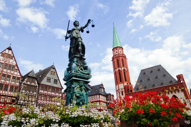 Fountain_with_Justitia_statue_in_Frankfurt