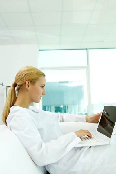 female-doctor-on-laptop