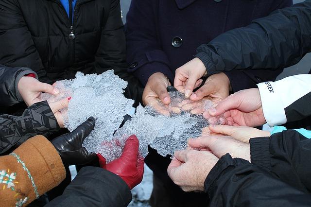 Cold_not_frozen_breaking_Ice_Connection_Etmanski_Seekers.jpg