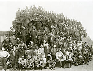Group-photo-at-the-Minturn-train-depot-1925