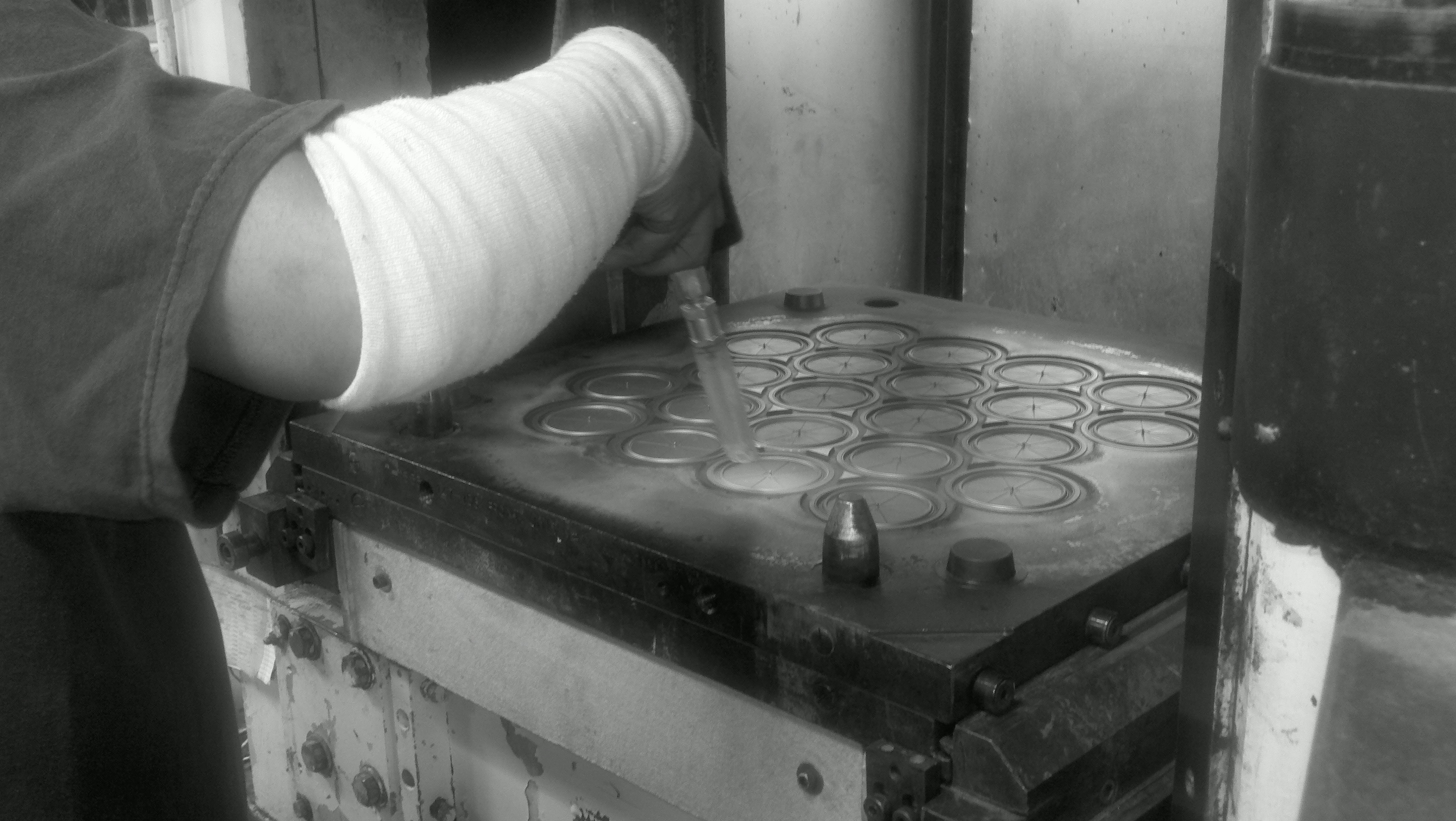 Dry ice blasting rubber molds