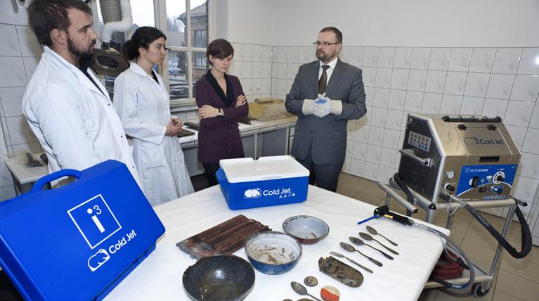 Reinigung von Metall- und Keramikartefakten mit Trockeneis vor einer Museumsausstellung