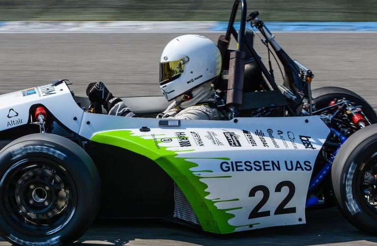 Cómo la limpieza con hielo seco permite eliminar la pintura electrostática de un coche de carreras