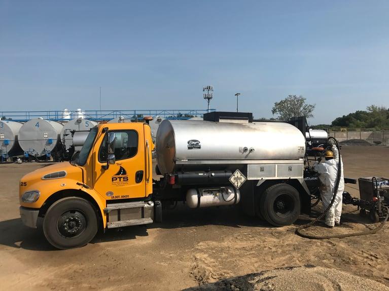 Trockeneisstrahlen verkürzt die Reinigungszeit eines Asphalt-Lkw von einer Woche auf einen Tag
