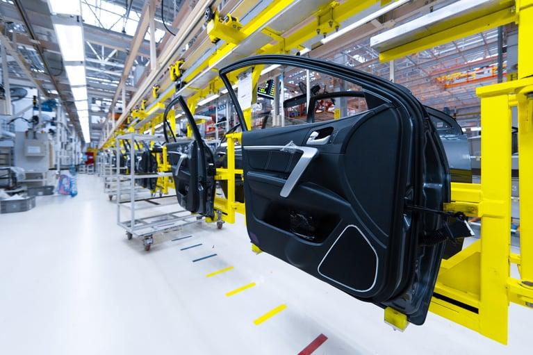 Empresa de moldes de injeção automotivo aumenta o tempo de operação em 25% com o Jateamento de Gelo Seco