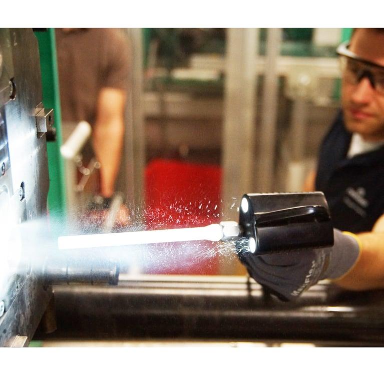 Reinigung von Spritzgussformen mit kleinen Mikro-Trockeneispartikeln erhöht nachweislich die Produktivität