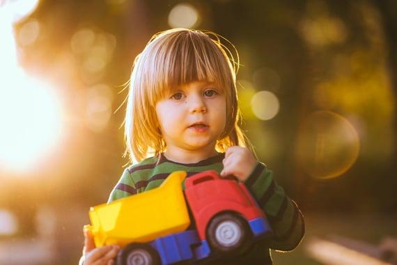 Pojke med lastbil - vem kör egentligen