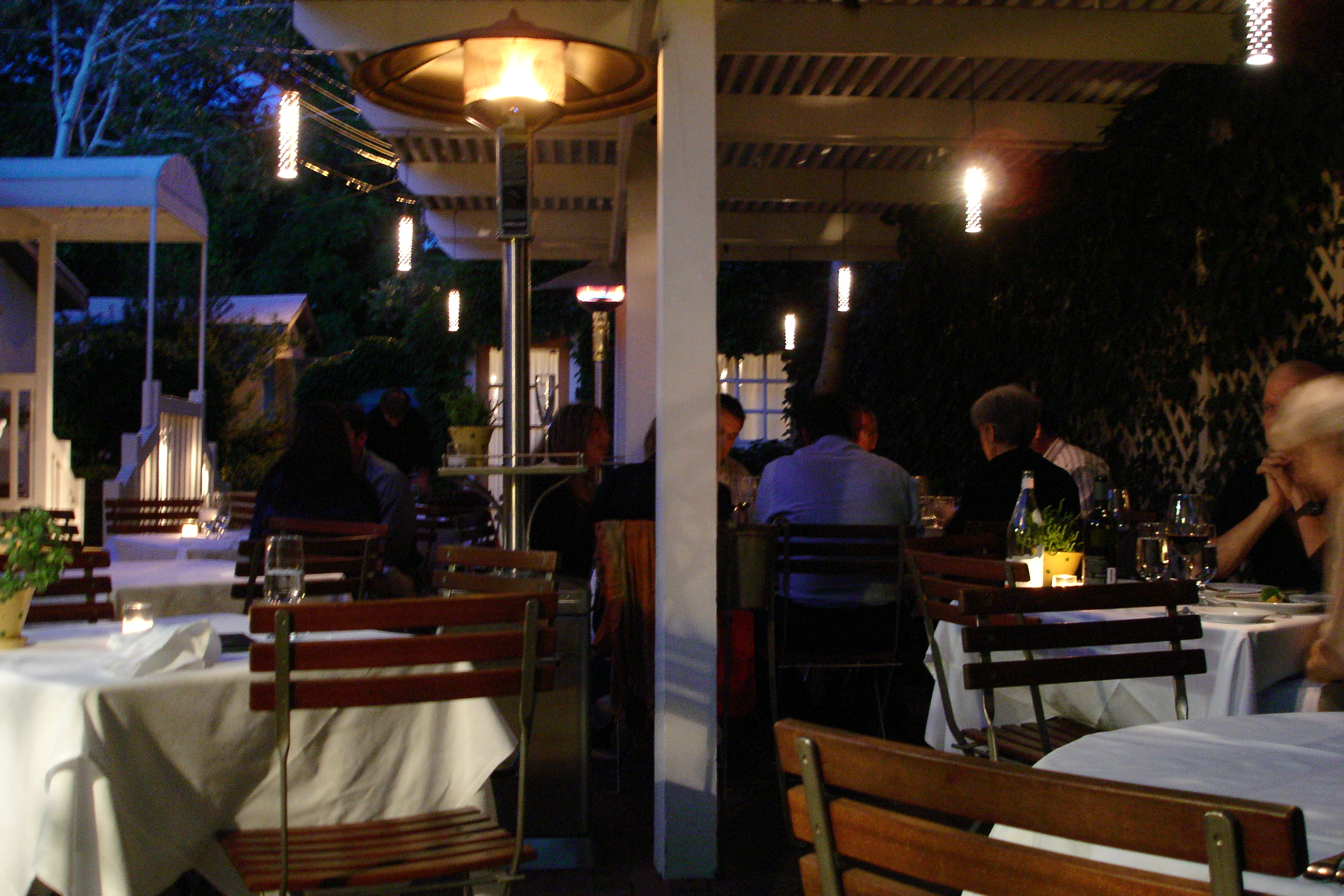 How To Create Elegant Outdoor Restaurant Lighting