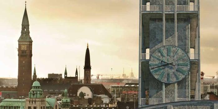 To byer, to kontorer,to rådhustårne som udsigt