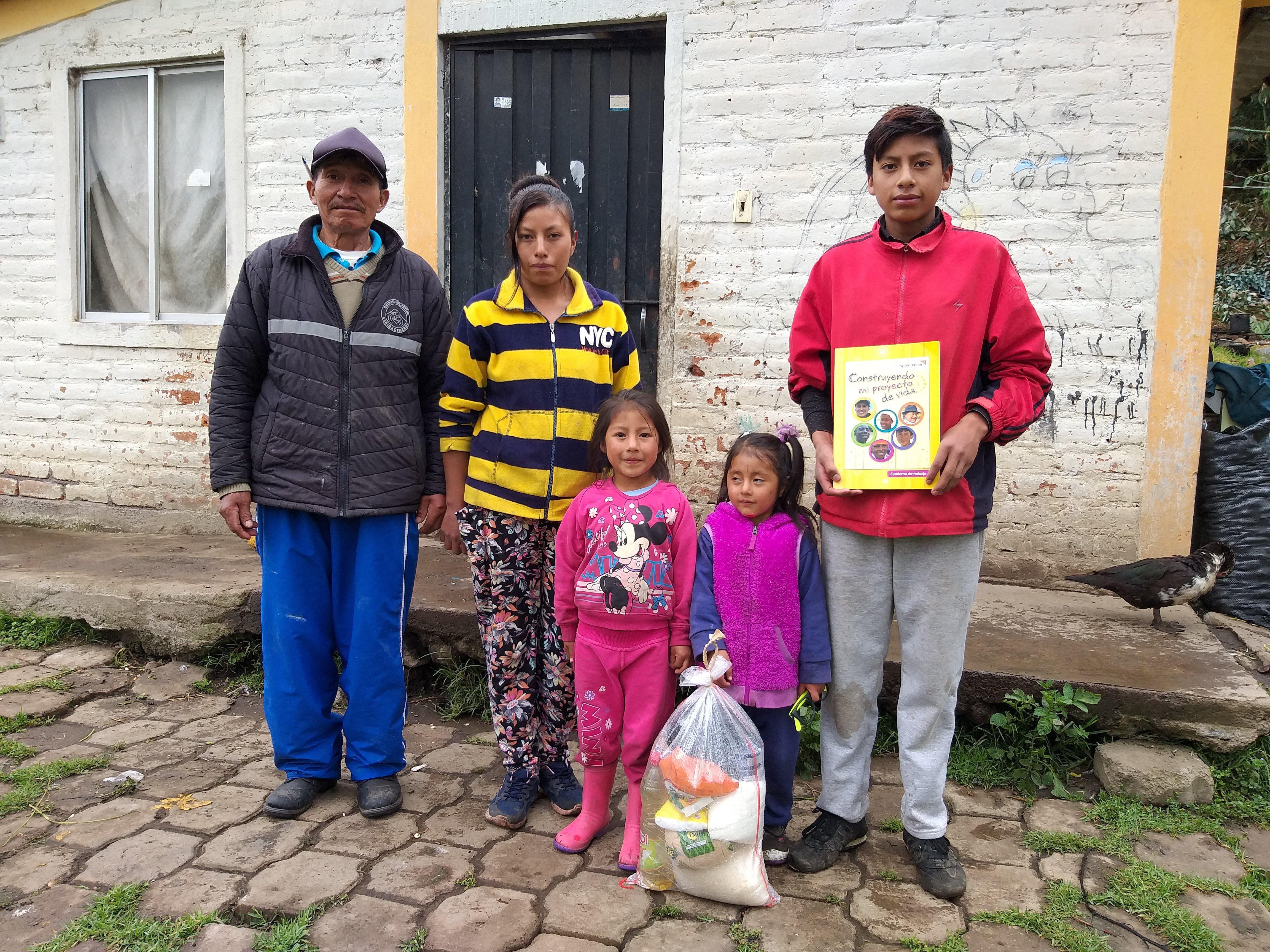 Familias enteras se benefician de kits de alimentación