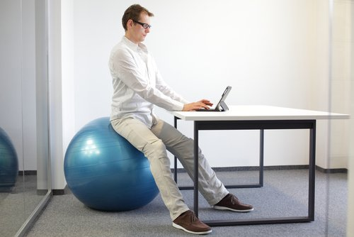 4 Benefits of Sitting on a Stability Ball at Work – Sitting on Exercise Ball Instead of Chair