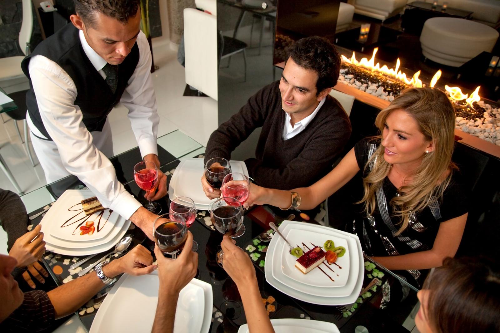 Come Portare I Piatti Cameriere.Servizio Ai Tavoli Ecco Le Regole Base Per Non Sbagliare