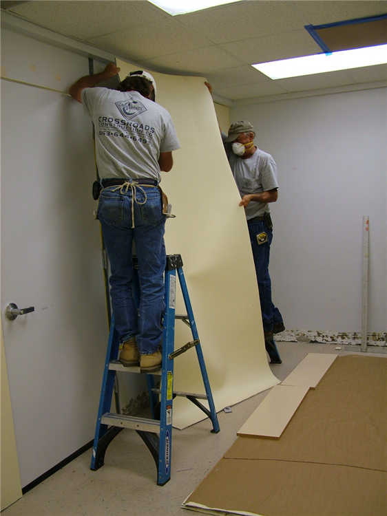 Acoustiblok-Wallcover is being installed