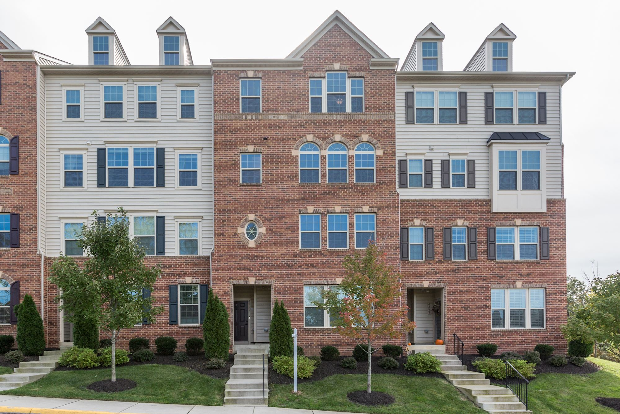 NEW LISTING: 3 BD Upgraded Townhouse-Style Condo