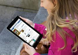 people_woman_with_iPad_clicking